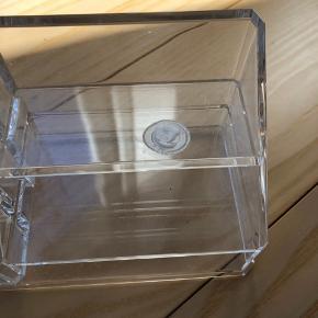 Beholder fra Nomess Nypris 300 kr.  Har fejl på højre side