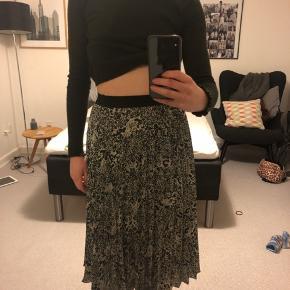 Plisseret mønstret knælang nederdel