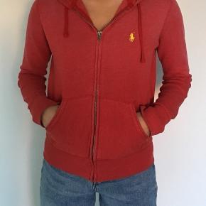 Lækker Ralph Lauren hoodie med lynlås. Har været brugt og vasket nogle gange, men den er i super fin stand:) Np var omkring 800kr, sælges i en hurtig handel for 100kr:)    Hoodie Sweatshirt Zipper Lynlås  Polo Ralph Lauren Cardigan Trøje Rød Gul