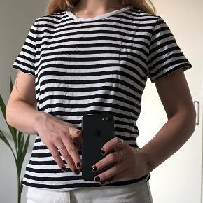 Sort/hvid stribet t-shirt fra Monki. Lavet i bomuld og modal. Str. XS. Aldrig brugt✌️