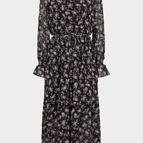 Smuk maxikjole fra Just Female. Størrelsen står ikke på den svarer til en str.36. Kan nok også bruge af et nummer større eller mindre.  Lækker kvalitet med tilhørende sort underkjole indenunder. Kun brugt få gange. Np 999,-