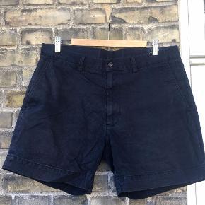 Mørkeblå shorts fra Polo Ralph Lauren (str. 35) i 100% bomuld.  Kan også hentes på Frederiksberg i København.  Kommer fra et røgfrit og dyrefrit hjem.