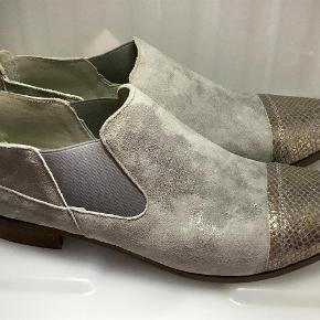 e55f375857b Brand: Limac Varetype: Ruskinds sko Farve: Lysegrå Super flotte ruskinds sko  med slange