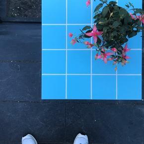Fint flisebord med lyseblå fliser og hvid fuge  Kan bestilles med sort stel og med fliser i din yndlingsfarve ♡  Mål  40x40x60  Afhentning : 2300 KBH S   Retro, fliser, bord, mosaik, icon
