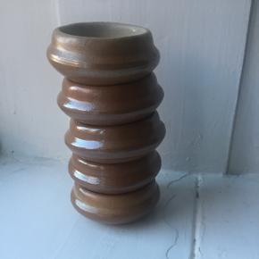 Søde små lerskåle made in France - kan bruges som saltkar eller servering af en dressing?  Mål: H:2,5 cm og Ø:6 cm   Prisen er for dem alle❗️
