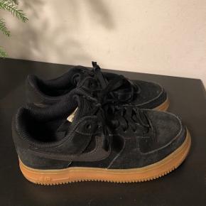 Jeg sælger disse Nike air force 01 i sort ruskind. Er åben for bud, sælger betaler fragt :)