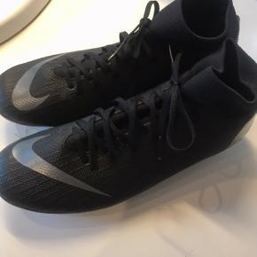 Fodbold støvler med sok Str 38,5 Nike Brugt 1 halvleg  Nypris 1195kr mener jeg  Byd!