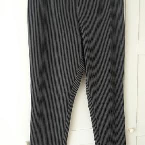Lækre bukser med lynlås i siden. Købt her inde, desværre for store.