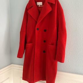 Vila lang uldfrakke i postkasserød - størrelse 38. Brugt én gang. Almindelig i størrelsen.
