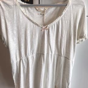 Sød T-shirt i råhvid fra ODD MOLLY i str 4 :-) Aldrig brugt - tags sidder på :-)