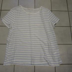 Fin t-shirt fra Hennes&Mourits med lille slids i siderne og babyblå striber. Mærket er klippet af i nakken, men den er spritny og ubrugt.