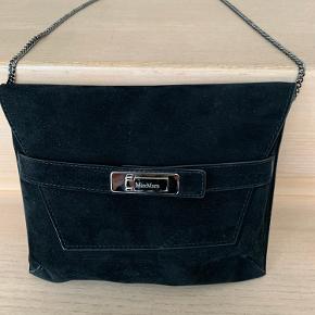 Lille sort clutch i ruskind fra MaxMara med spænde foran. Aftagelig kæde 58 cm. Lille indvendigt rum til kreditkort.  L 21,5 cm H 17 cm B 1 cm.