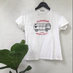 T shirt med print Den er købt i Brasilien, hvilket er grunden til at størrelsen siger GG. Den passer en small eller en lille medium   Kan sendes