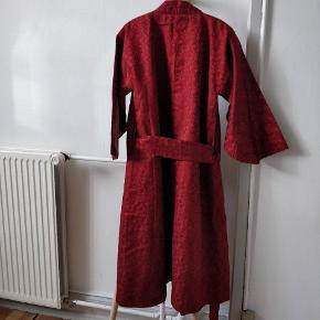 Fin kimono i tyk rød og grøn silke med flotte detaljer og blomster-inspireret mønster