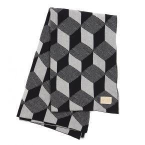 """Ferm har brugt deres firkantede """"Squares"""" print til at danne rammen for dette skønne jaqcuard strikkede tæppe. Tæppet er blødt og behageligt - kradser på ingen måde.  Smid det på sofaen, læg det på sengen eller brug det til at holde varmen med på en kølig aften.  Måler: 120 x 150 cm Materiale: 100% cotton  Tåler vask i vaskemaskine - følg anvisning på tæppet"""