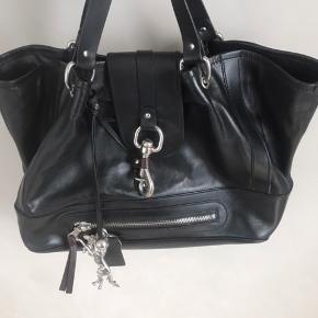 Lækker og rummelig Chloe taske i sort skind. Mange spændende detaljer og super kvalitet. Nypris kr. 7500,- Tasken fremtræder i pæn stand uden skader. Mål: B 53 - H 27.