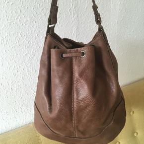Lækker creme-brun lædertaske købt i Italien. - Kun brugt et par gange.