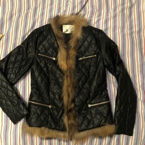Helt ny pu vatteret skind jakke med ægte pels  Blazer stil figursyet  Str 38 lidt lille passer S/M 36/38