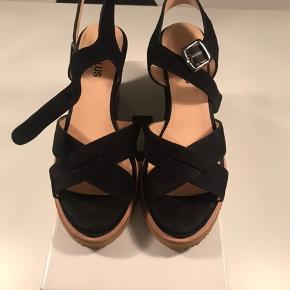 Sælger disse smarte sko fra Angulus med kinahæl i sort ruskind :-) fejlkøb og har kun været brugt én gang, i ganske få timer.  Nypris 1199