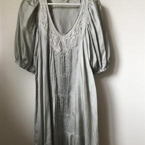 Varetype: Kjole Farve: lysegrøn  Skøn kjole/tunika i silke med 3/4 ærmer. Mange sjove detaljer (broderi, læg og posede ærmer).   Byd