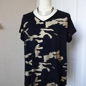 Flot Gozzip Sælges str M= 46/48   Bomuld jersey bluse med guld camourflage print. Bytter ikke. Nypris 499,- nu 100 kr + porto Brystmål: 62x2 Længde72  Se de andre ting jeg har i BIB.