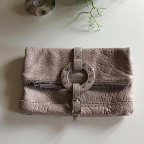 Varetype: Flot taske / clutch Størrelse: ** Farve: Se billeder Oprindelig købspris: 1599 kr.  Flot clutch fra Malene Birger. Lynlåslommen på bagsiden går direkte ind i tasken. Lukkes med magnet. Kun brugt et par gange, så den er som ny.  Handler gerne via mobilpay - ellers plus gebyr :-)  Spørg og byd......