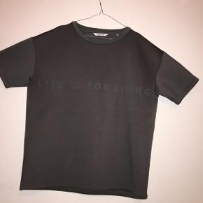 WON HUNDRED NEOPREN TEELIFE IS FOR LIVING str: large stand: som ny, næsten ikke brugt Virkelig fed neopren t-shirt