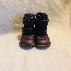 Skønne vinterstøvler fra Angulus med foer i uld og skridsikre såler i rågummi.  Aubergine farve Tex Velcrolukning som gør dem nemme og hurtige at tage af og på.  Nypris 899,-