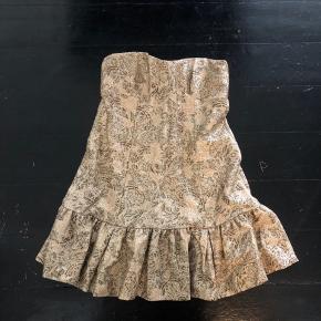 Sælger min smukke d&g kjole Den er str 44IT og svarer til en 40/42  Kjolen som set på runway og Lindsey Lohan  Der er en syning der er gået op i kanten, indvendig, det kan nemt sys