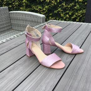 Skønne pink/lyserøde sandaler fra Shoe The Bear 🌸 sandalen er med glimmer 🌸 de har aldrig været brugt 🌸