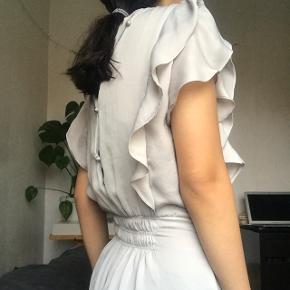 Beige / grå buksedragt fra zara. Gulv lang og meget elegant, lukkes bagfra. Har elastik ved taljen, som kan ses på billede nr.1