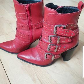 Super fede støvler til din indre bikerbabe 😎 Da jeg desværre ikke længere kan holde til høje hæle leder disse støvler nu efter en ny ejer der kan vise dem frem.