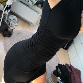 Flot stram kjole med skulderpuder