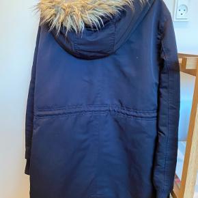 Mørkeblå vinterjakke med aftagelig hætte.
