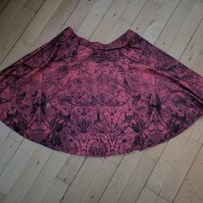 Gotisk Alchemy England nederdel sælges. Den har været på Ca. 2 gange, så den er i fin stand ved undtagelse af at elastikken i taljen har viklet sig sammen indvendigt, derfor sælges den billigt, da jeg ikke får den brugt ✨ Rundskåret/A-snit.