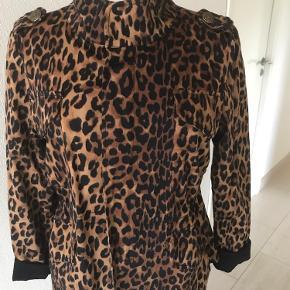 Smart Leo jakke fra ned noir, kun brugt et par gange. Kan reguleres som smart detalje reguleres i talje