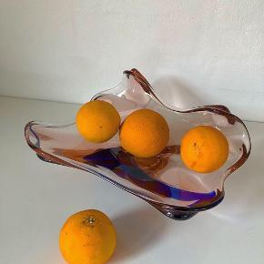 NY PRIS !! Smukt unika Murano fad i massiv glas, i det fineste farvespil mellem lyserød og blå 🍇🍇 Omend det er til frugt, snoller eller blot pynt, står de fine krumninger sig godt ud 🍊🍊 // 300,- eller byd • • • • #tilsalg #sælges #genbrug #genbrugsbutik #genbrugsguld #genbrugsfund #salg #sale #forsale #køb #vintage #vintagelove #vintagebutik #vintagesalg #retro #retrosalg #murano #muranoglas #muranofad #lyserød #blå