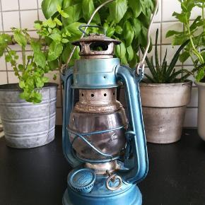 Retro / vintage olie-lanterne fra Kwang Hwa i blå. Masser af patina. Med de rette remedier, kan den pudses op, men det slidte look klæder den godt.  Hent i Nordvest :) kom med et bud