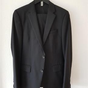 Superflot, nyrenset Hugo Boss jakkesæt i den helt rigtige slim-fit facon. Perfekt til galla. Jakkesættet er str. 44 hvilket passer ca. 15-16 år.