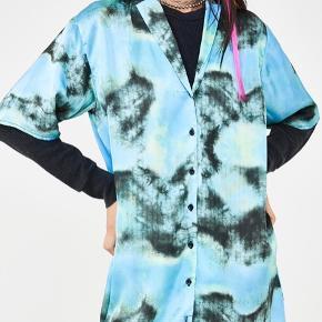 Skjorte/kjole. Let og luftig i et silkelignende materiale, der falder flot. Tie dye mønster.