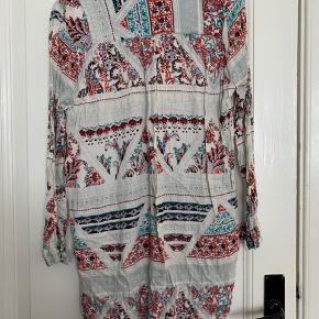 Lækker skjortekjole fra Lollys Laundry i let stof.   Perfekt sommerkjole med lange ærmer.  Lidt slidt i kravekanten