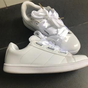 Smarte hvide Sneakers i hvid lak med satin snørebånd Desværre lidt for lille til mig - bytter gerne med samme par i str 38😀