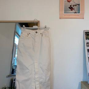 Super fin denim-nederdel, som desværre var lidt for lille til mig. Der står det er en UK 8, men vil mene den svarer den en XS🦋