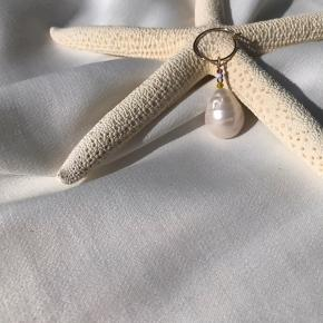 Smukkeste ferskvandsperle enkelt ørering. Håndlavet af cph.beads.