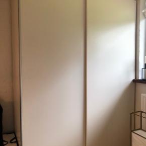 PAX gaderobeskab fra IKEA sælges.  Skabet er i rigtig god stand uden skrammer og ridser.  Mål:  Bredde: 150 cm  Højde: 201 cm Dybde: 66 cm   Kom med bud :)