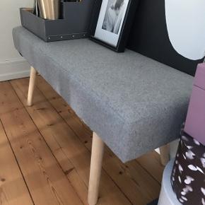 Bænk med lys grå filtbetræk og lyse træben100cmx35cm