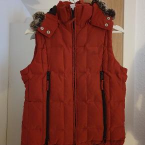 Lækker varm vest, med hætte med pels dejlig til de kolde vinter måneder.