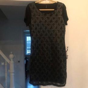 Fest kjole med pailletter i sort.  Tungt tykt stof med stræk, passer str L og XL.  Aldrig brugt