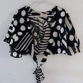 Flot vintage slå om bluse med sort hvid mønster.