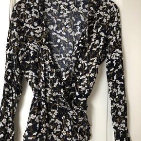 Super fin bindebluse, slå-om-bluse  med blomster (blå, sort, hvid, brun).  er str 36, s  Sælger meget andet i samme str og fra andre mærker